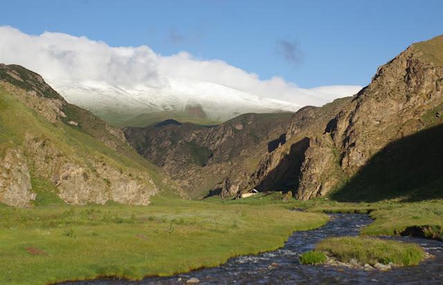 La vallée de Kichi Kara Kuchur (2800 m) après une nuit de neige (16 juillet 2006). Photo : J.-M. Gayman