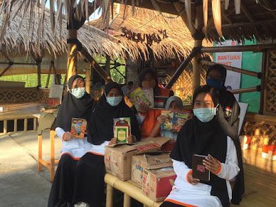 Saung Qur'an Al-Awwal binaan Rumah Zakat Bekasi kedatangan tamu dari Komunitas Mari Donasi Buku (MADOBUK)