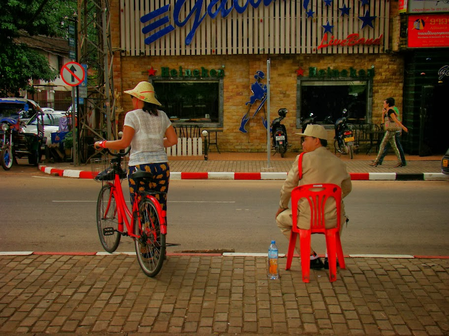 Guarda vigilando el sentido del tráfico