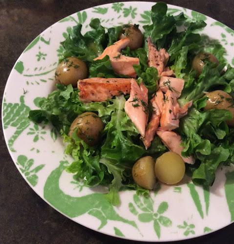 Salatka, rukola, ryba, łosoś, młode ziemniaki, fileciki anchois,