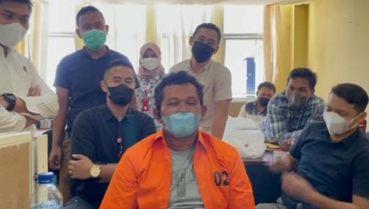 """Ditangkap Polisi, Hobi Izet """"Preman Tukang Palak Sopir Truk Indarung yang Viral"""" Berubah: Sembahyang dan Mengaji"""