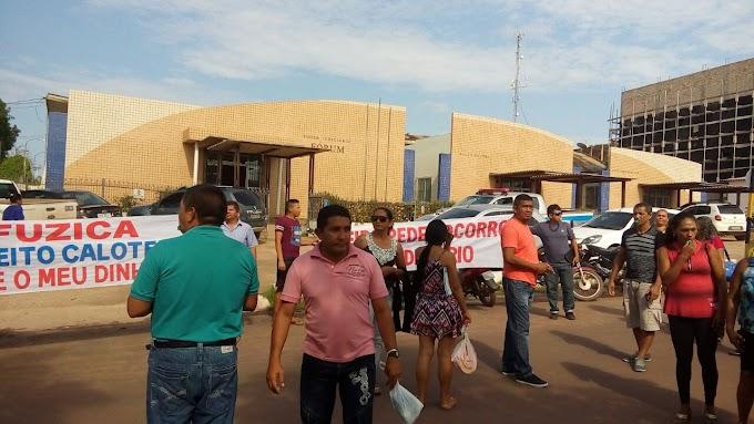"""Prefeito de Aveiro no """"Paredão"""" Servidores da educação de Aveiro fazem protesto em frente ao Fórum na cidade de Itaituba"""
