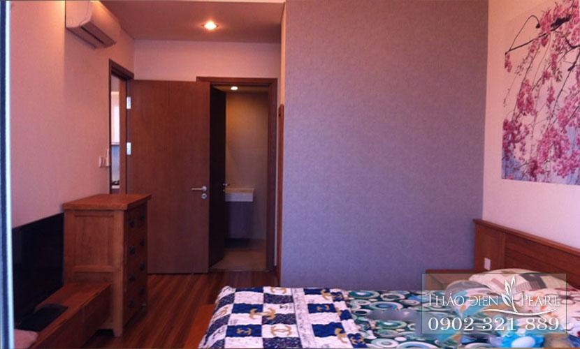 phòng ngủ chính của căn hộ có tắm ga trải giường karo