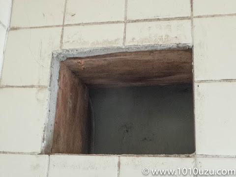 木枠とタイルの間のモルタルが厚い