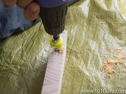 ドリルで縦材にダボ穴を開ける