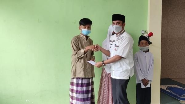 Masjid Al Quwait Serahkan Bantuan Pendidikan, Anak Yatim Tersenyum Bahagia
