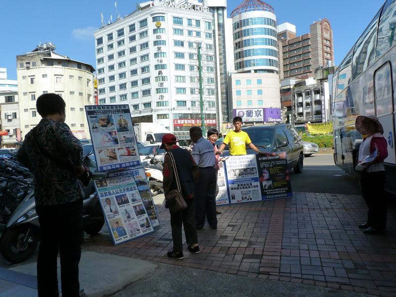 """Les """"falun gong"""" asticotent des  touristes Chinois continentaux au pied des cars."""