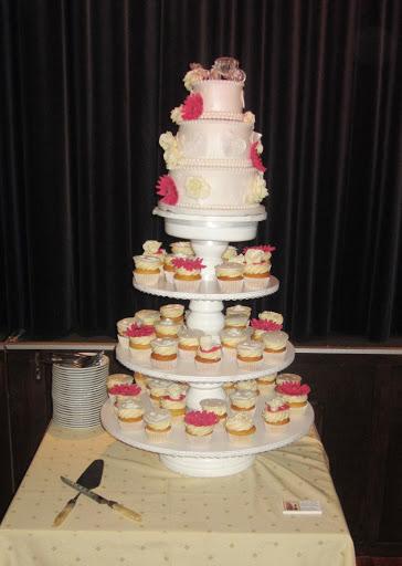 778- Bruidstaart met cupcakes.JPG