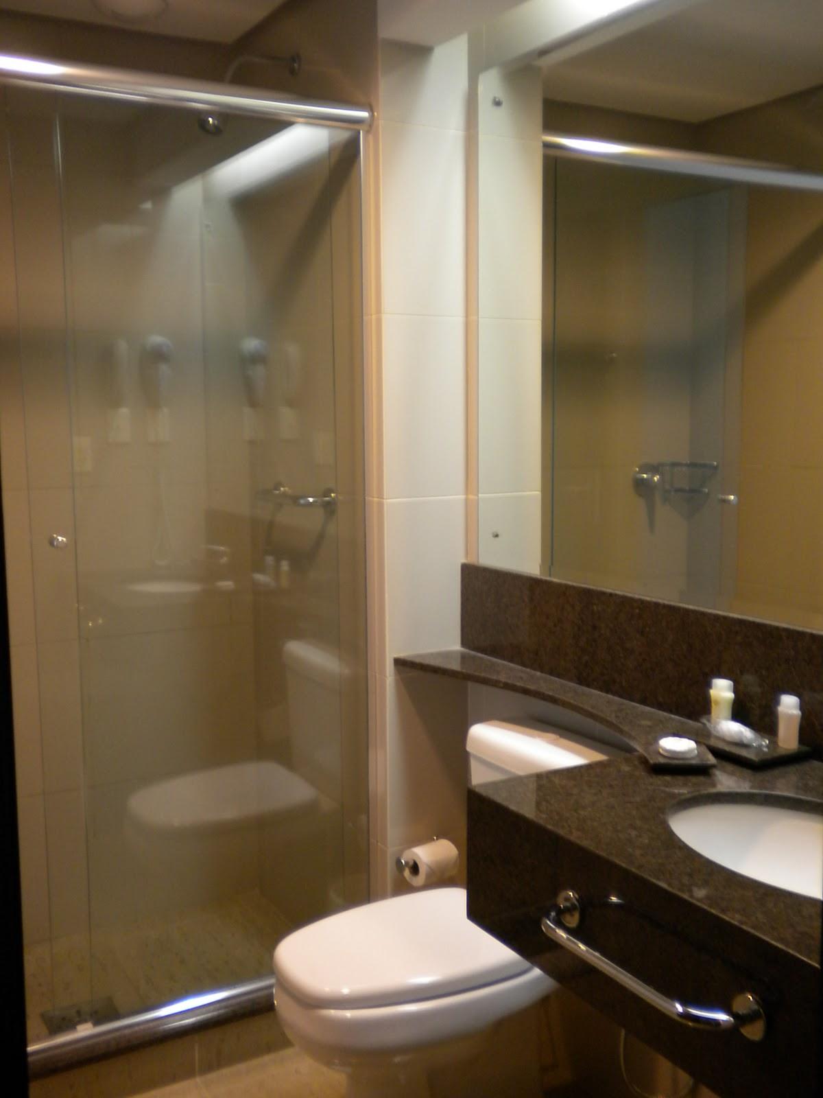 banheiro um pouco pequeno mas gostamos muito do quarto. Tem wi fi #372A18 1200x1600 Banheiro De Luxo Pequeno