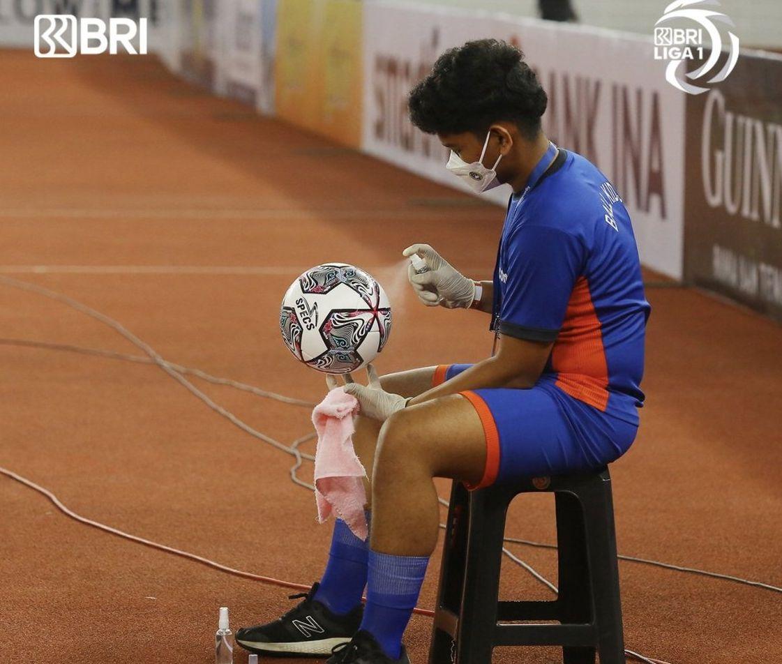 Soroti Prokes Liga 1 yang Semprot Disinfektan Pada Bola, Pakar Asing: Hentikan Kegilaan Ini!