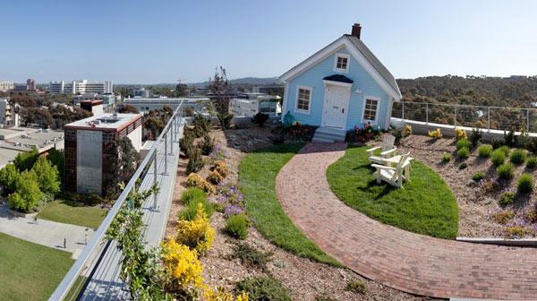 """""""Паднала звезда""""-къща на покрив в Сан Диего интересна къща"""