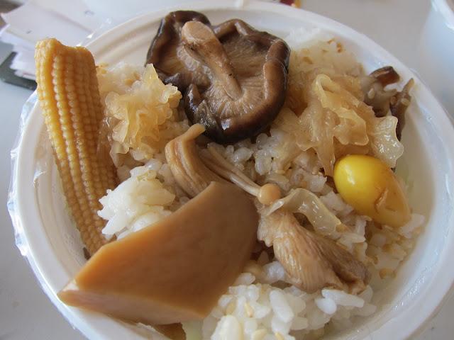 素燒羅漢齋(香菇、黑白木耳、玉米筍、鴻熹菇、黃金菇、杏鮑菇、冬蟲?金針菇、百果)