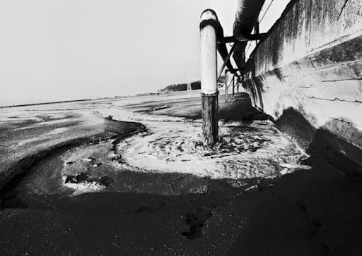 10. Minamata Catastrophe Thảm họa kinh hoàng này kéo dài tới 37 năm, bắt đầu từ 1932. Khi ấy, tập đoàn Chisso Corporation vốn sản xuất acetaldehyde dùng trong ngành công nghiệp nhựa, đã làm tràn thủy ngân vào vịnh Minamata Bay - nơi rất đông người dân sống bằng nguồn cá đánh bắt thủy hải sản từ vịnh này. Hậu quả của vụ việc chỉ trở nên rõ ràng vào năm 1956, khi một dịch bệnh bùng phát, với nhiều người có những hành vi và biểu hiện mất kiểm soát. Các nghiên cứu sau đó chỉ ra mối liên hệ giữa dịch bệnh và việc ăn cá từ vịnh Minamata, dẫn đến ngộ độc kim loại nặng. Hệ quả là hàng ngàn người bị liệt và hàng trăm người đã chết vì nhiễm độc. Đến năm 1963, nguồn gốc của dịch bệnh kinh hoàng này mới được tìm ra là từ hoạt động của Chisso.