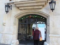 33 Az óvárosháza udvara is csábítja a vásárba látogatókat.JPG
