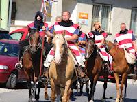 04 Hagyományőrző lovasok érkeznek.JPG