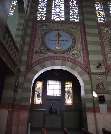 Vista externa da capela dedicada à Nossa Senhora do Perpétuo Socorro. Pintura externa voltada para a Oração Fraterna da Santa Missa.