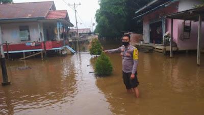 Monitoring Banjir di Desa Binaan, Ini Yang Disampaikan Bhabinkamtibmas Brigadir Asep