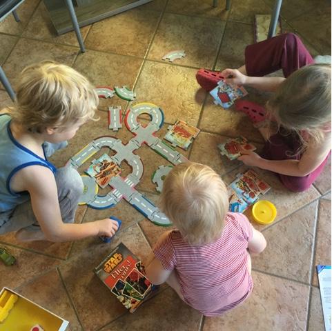 Kinder spielen zusammen