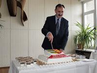 A.Szabó László felvágja a város tortáját.JPG