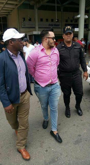 """Fiscalía de Barahona y agentes P.N. apresan a """"Chaelo"""", a quien presuntamente se vincula con la muerte del joven Junior Manolo Pérez González"""