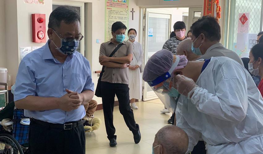賴峰偉赴慈安養護中心關心住戶施打疫苗