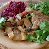Mielone ze szpinakiem, buraczkami i pieczonymi ziemniakami