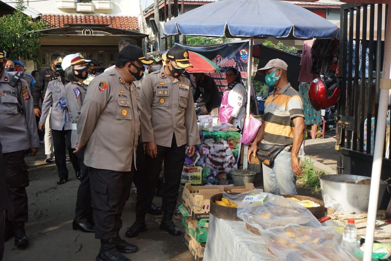 Kapolres Cimahi Polda Jabar Pimpin Pengecekan Protokol Kesehatan di Pasar Tumpah