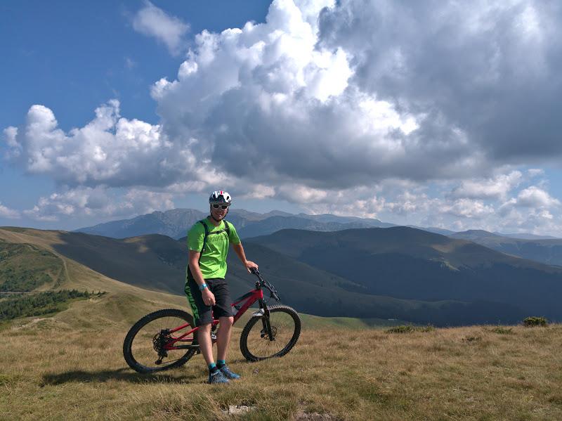 Simon pe Secarea, dupa o urcare ce am descoperit cu ocazia asta ca se poate face si pe bicicleta.