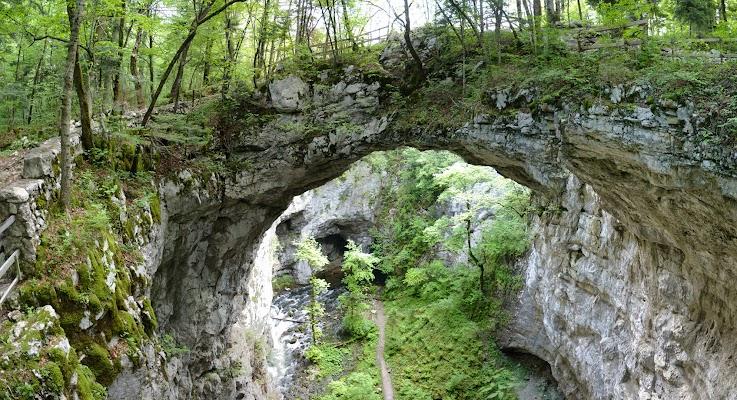 Natursteinbrücke über der Fluß Rak
