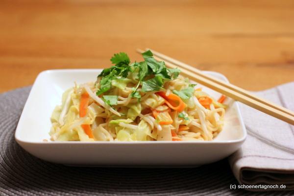 Thai-Nudeln mit Spitzkohl und Erdnuss-Sauce
