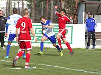 8 A somorjaiak edzője Mike Keeney figyeli, ahogy Mezovský Ľubomír harcol a pályán.jpg
