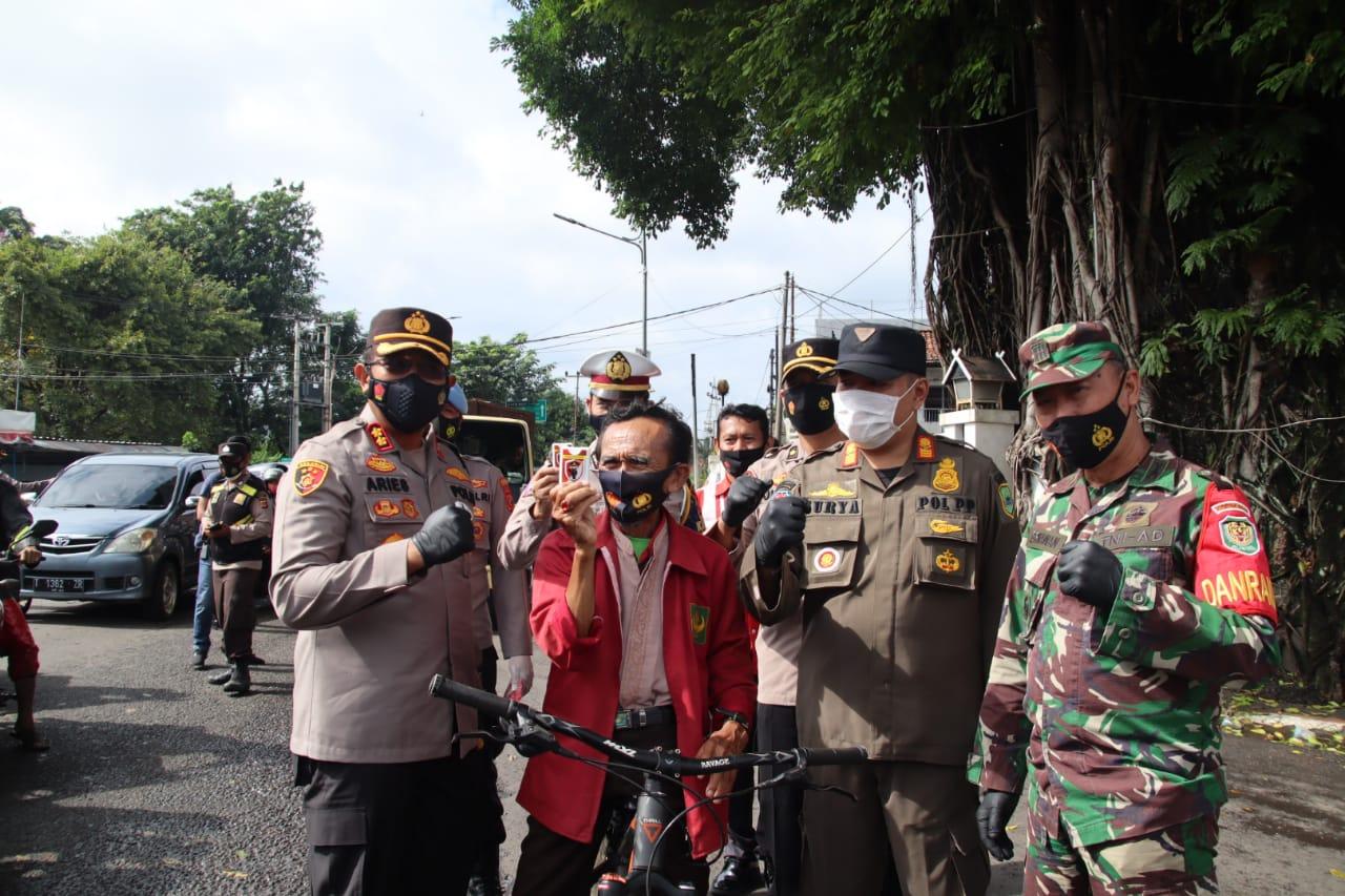 Kapolres Subang Polda Jabar Pimpin Pembagian Masker dan Hand Sanitizer