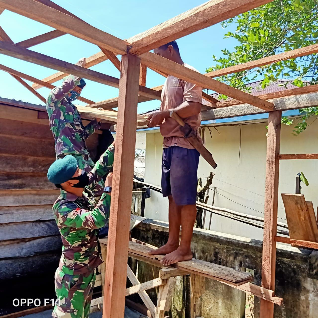 Satgas Yonarmed 9 Kostrad Bantu Pembangunan Rumah Layak Huni Di Desa Dotte