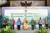 Menteri LHK Siti Nurbaya Berikan Penghargaan Kalpataru