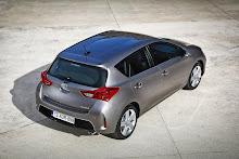 2013-Toyota-Auris-11