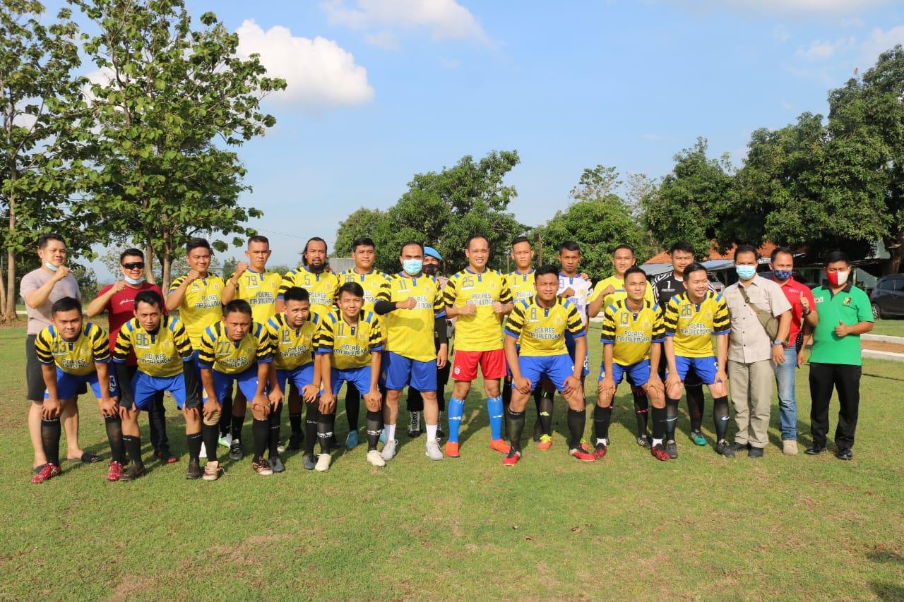 Pertandingan Sepak Bola Persahabatan Polres Majalengka Vs Yon 321