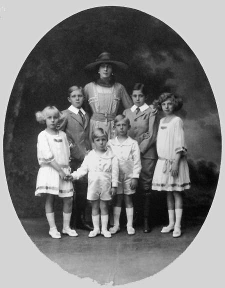 800px-Queen_Victoria_Eugenia_and_her_six_children