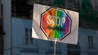 O governo espanhol condenou veementemente na terça-feira o ataque violento em plena luz do dia contra um jovem homossexual no centro de Madri, um ataque pelo qual a polícia ainda está procurando os oito perpetradores mascarados.