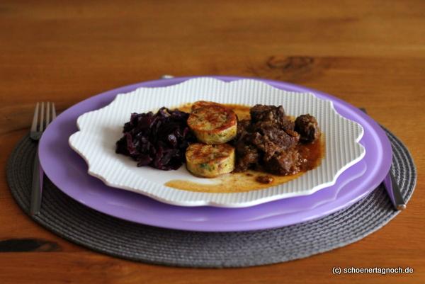 Rindergulasch mit Lebkuchen-Sauce, Brezenknödel und Apfel-Rotkraut