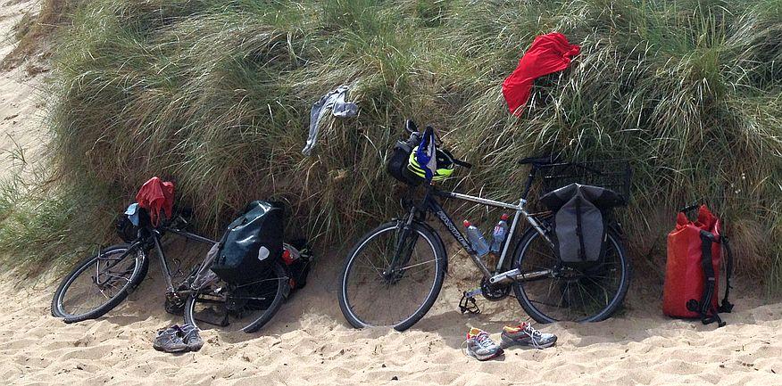 Am Strand von Warkworth: Trekking- und Reiserad T 400 vsf fahrrad manufaktur & Panther Dominance Trekking