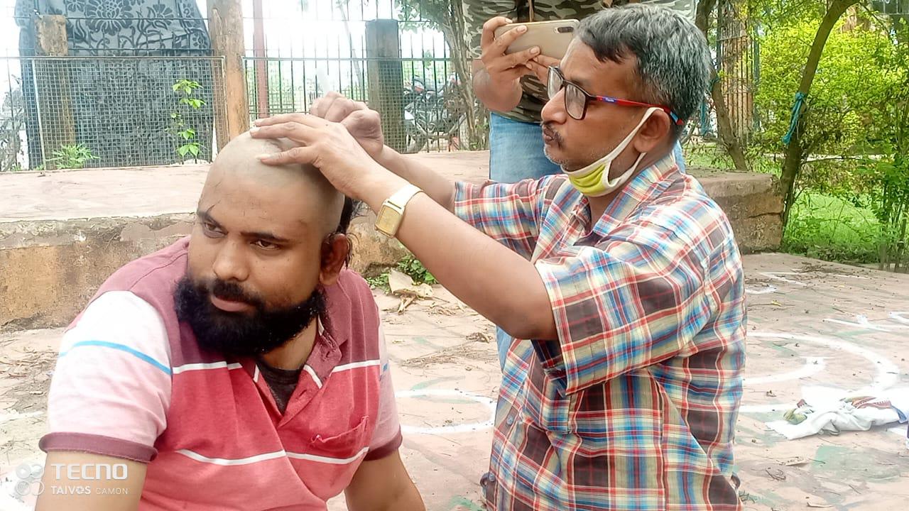 जन अधिकार पार्टी लो पार्टी के कई नेताओं ने पप्पू यादव की रिहाई को लेकर वेल मुंडन कराया