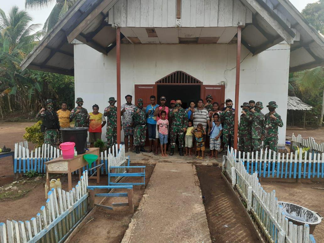 Prajurit Satgas Yonif 125/Simbisa dan Warga Perbatasan Gotong Royong Pengecatan Rumah Ibadah