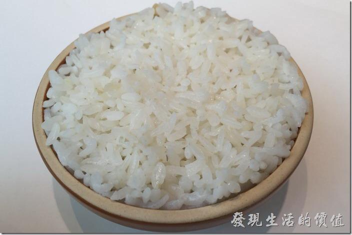 神仙缽飯,一碗NT$20。白碗很扎實,用陶碗盛裝,可能是為了保溫效果吧!這米飯應該是用蒸的,不錯吃,尤其是這裡的菜大多是重口味,配白飯是一定要的。只是價錢比一般外面的餐廳貴了一點點。