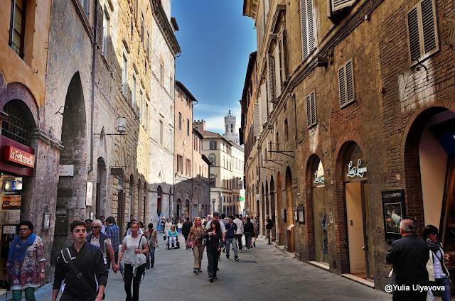 Улица в Сиене, Италия