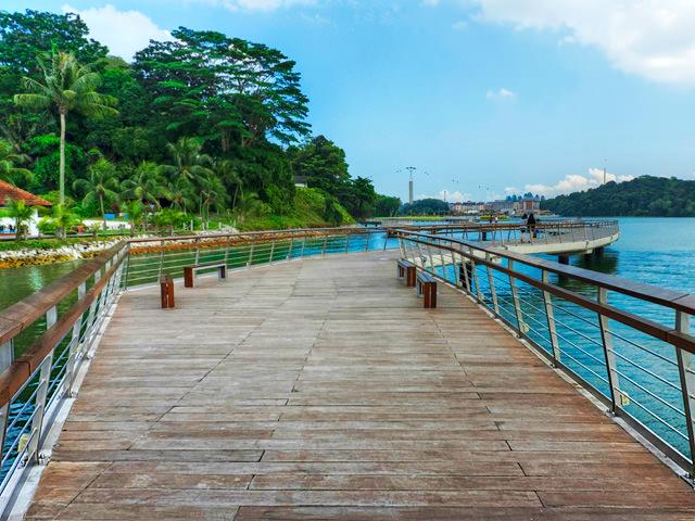 Boardwalk towards Harbourfront