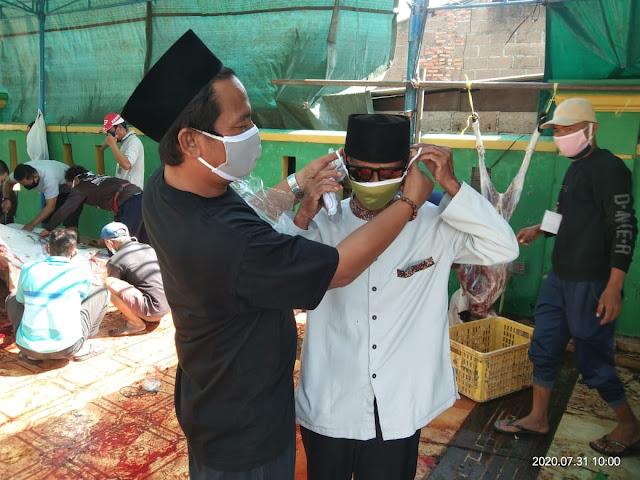 ForJob Salurkan Masker ke Panitia Qurban Masjid Jami Nurul Anwar Tarumajaya