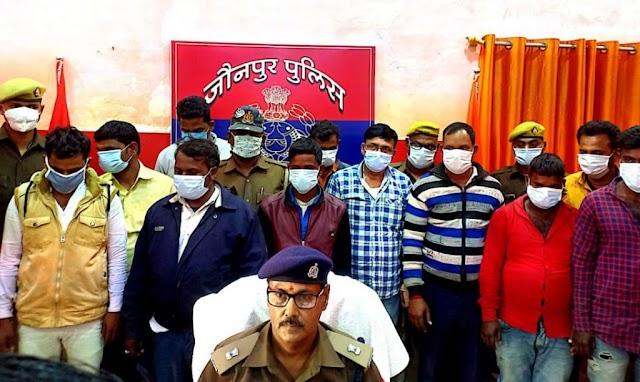 जौनपुर में 25 लाख पुरानी नोट बरामद , 11 जालसाज़ गिरफ़्तार