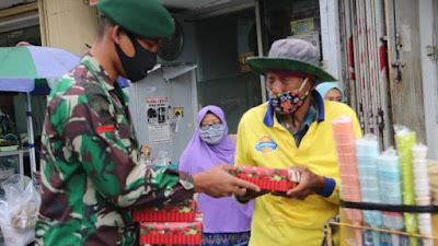 Peduli Sesama, Prajurit Yonif MR 411/PDW Kostrad Bagikan Makan Siang di Pasar Raya Salatiga