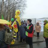 met ballonnen en vlaggen de kou en regen trotserend