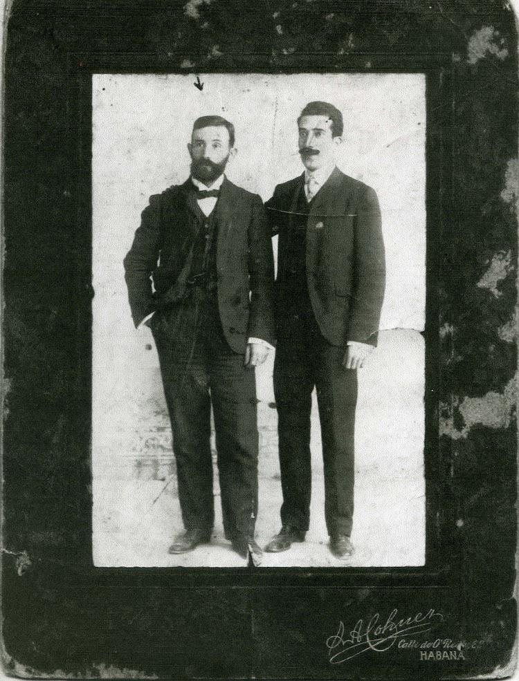 A la izquierda el joven capitan D. Castor Marcos y Botia. Foto remitida por Vicenç Rizo Marcos.jpg